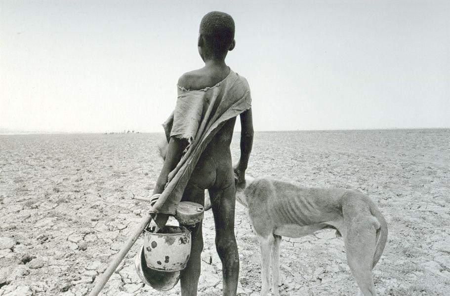 Gente abandonando sus pueblos en la region de Tombouctou, Mali, 1985.jpg (911×600)