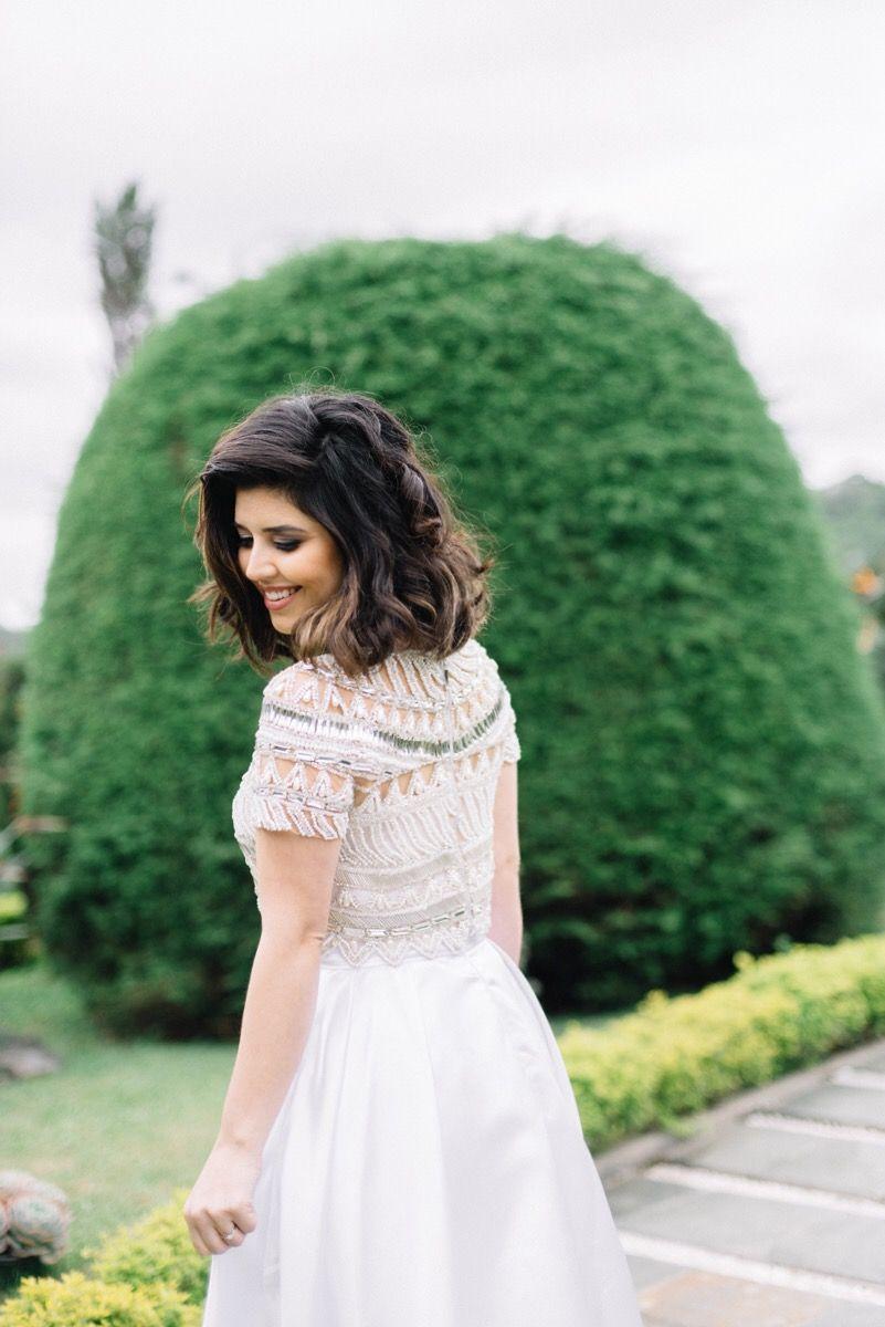 """O """"second dress"""" foi inesperado para uma noiva. O design é lindo e basicamente consiste em um macacão tomara que caia, uma saia com bolsos por cima do macacão e uma blusa bordada artesanalmente com brilho e no tom champagne."""