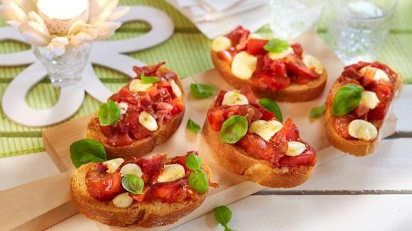 Das italienische Fingerfood ist ideal für dein Buffet: handlich und wunderbar sommerlich! Ein leckerer, tomatiger Traum.