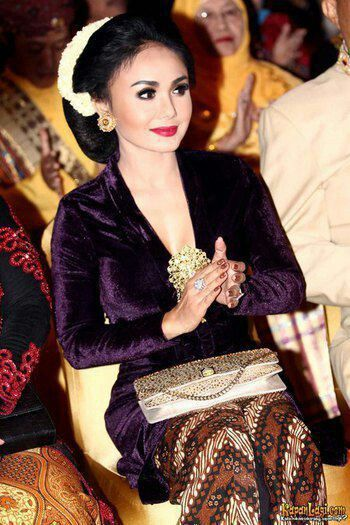 Kebaya Beludru And Sanggul Tekuk Hairstyle With Kanthil Flowers For