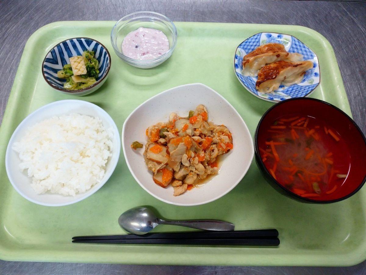 ごはん、中華スープ、鶏肉とさつま揚げの炒め煮、餃子、ブロッコリーもイカの和え物、ベリーフルーチェでした!