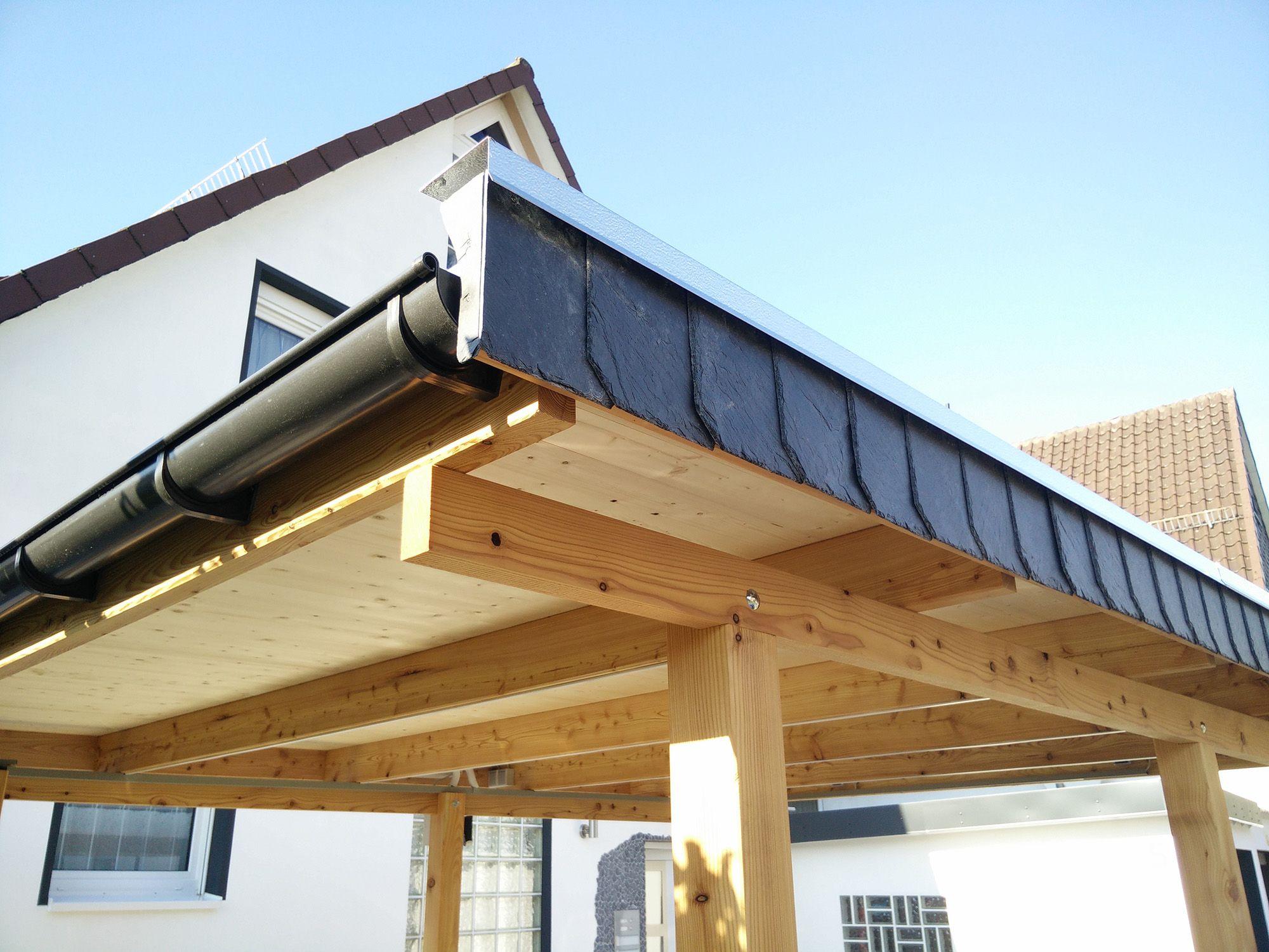 Detail Dachrinne. Carport in Lärche mit Holzdach in Fichte