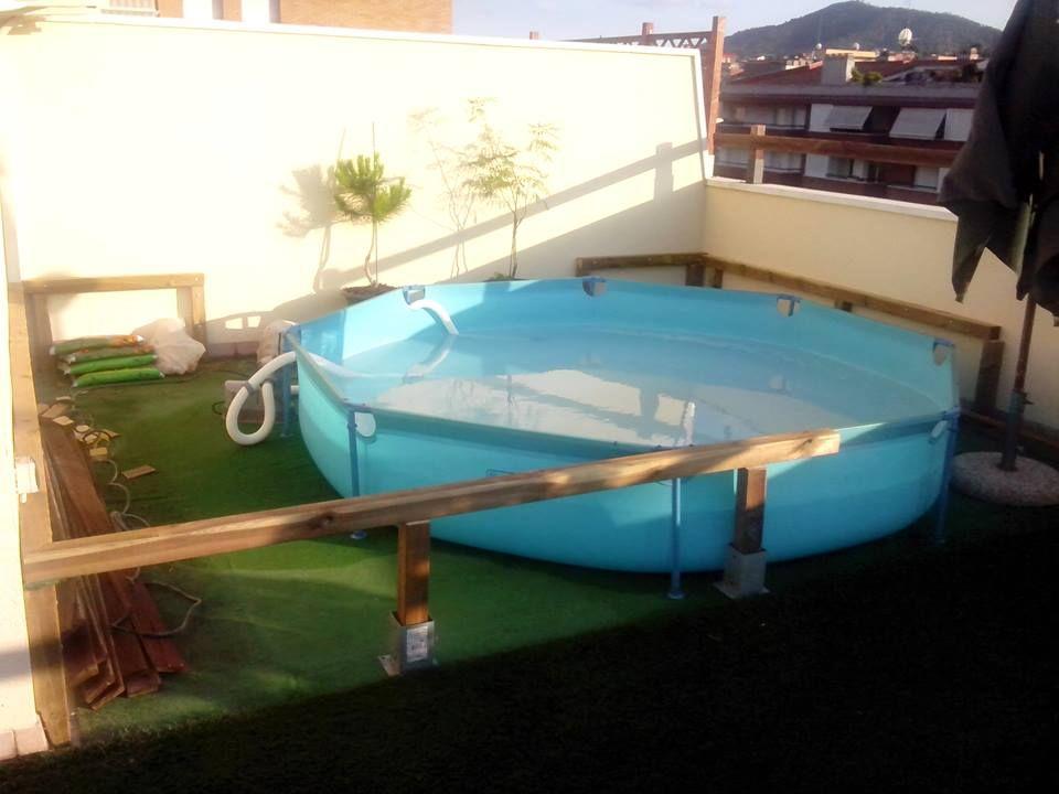 Tarima de madera en una piscina de pl stico patios - Piscinas de plastico ...