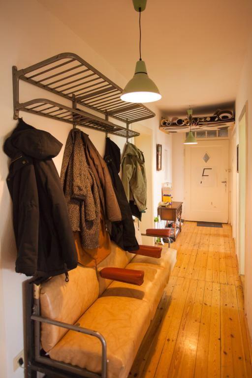 Flur Mit Ledersofa Und Garderobe Sowie Schonem Dielenboden Wohnung In Nurnberg Nurnberg Wohnung Flur Hallway Wg Zimmer Wohnung Zimmer