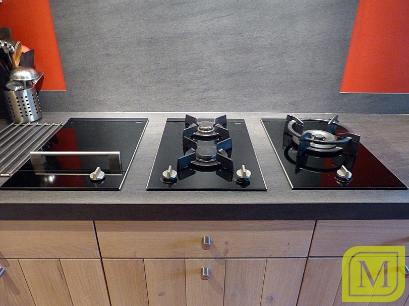 Zwart Keuken Fornuis : Houten keuken met zwart apparatuur als accent #fornuis moderne