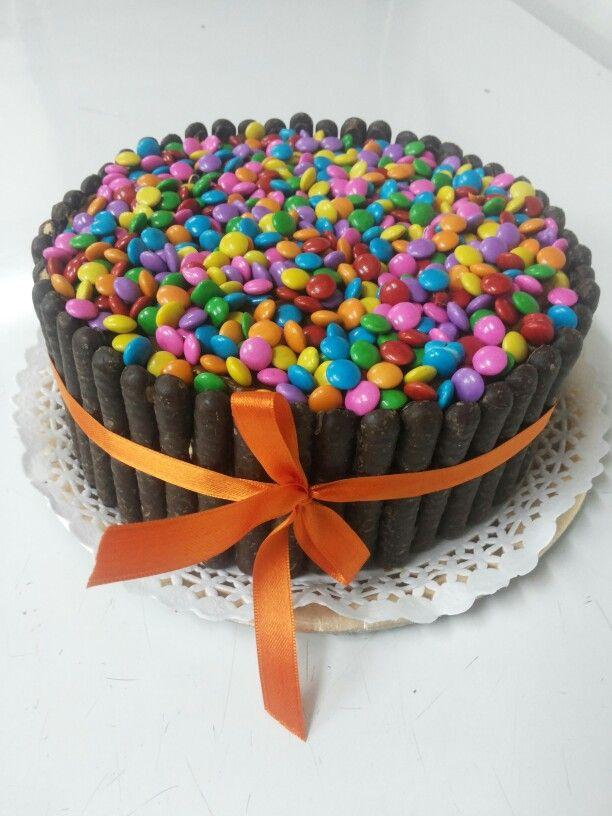 Torta de chocolate decorada con habanitos y confites de