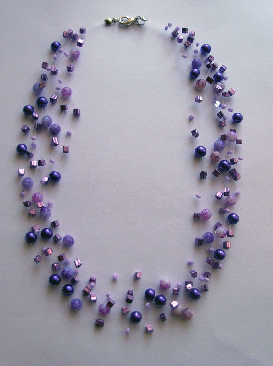 Kouzlo+fialové+Motanice+z+různých+druhů+korálků+a+rokailů+v+několika+odstínech+fialové+barvy.+Délka+47+cm.