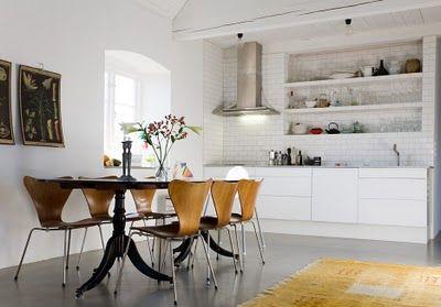 beautiful simple kitchen Smarte hylder i køkken. Mangler dig låger.