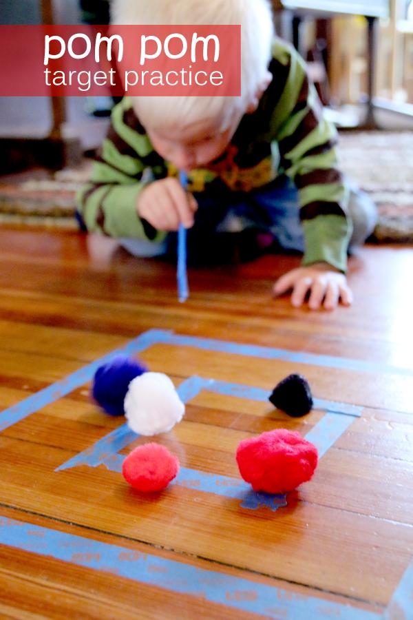 Assoprar com canudos, marcar o chão com fita crepe e pode usar bolas de papel amassado, isopor, pedaços de esponjas etc.