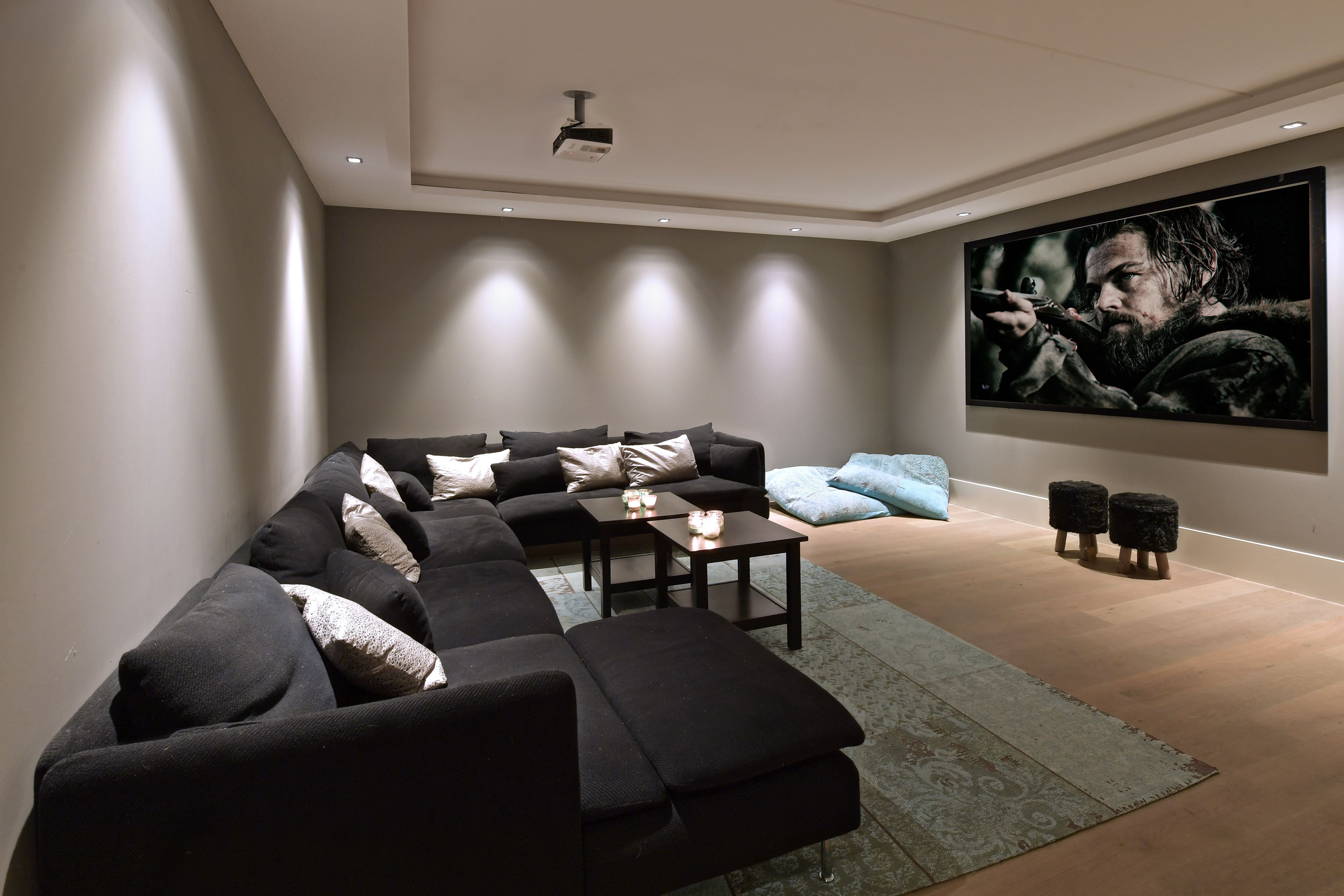 Home cinema via de met eikenhout beklede trap loop je naar het