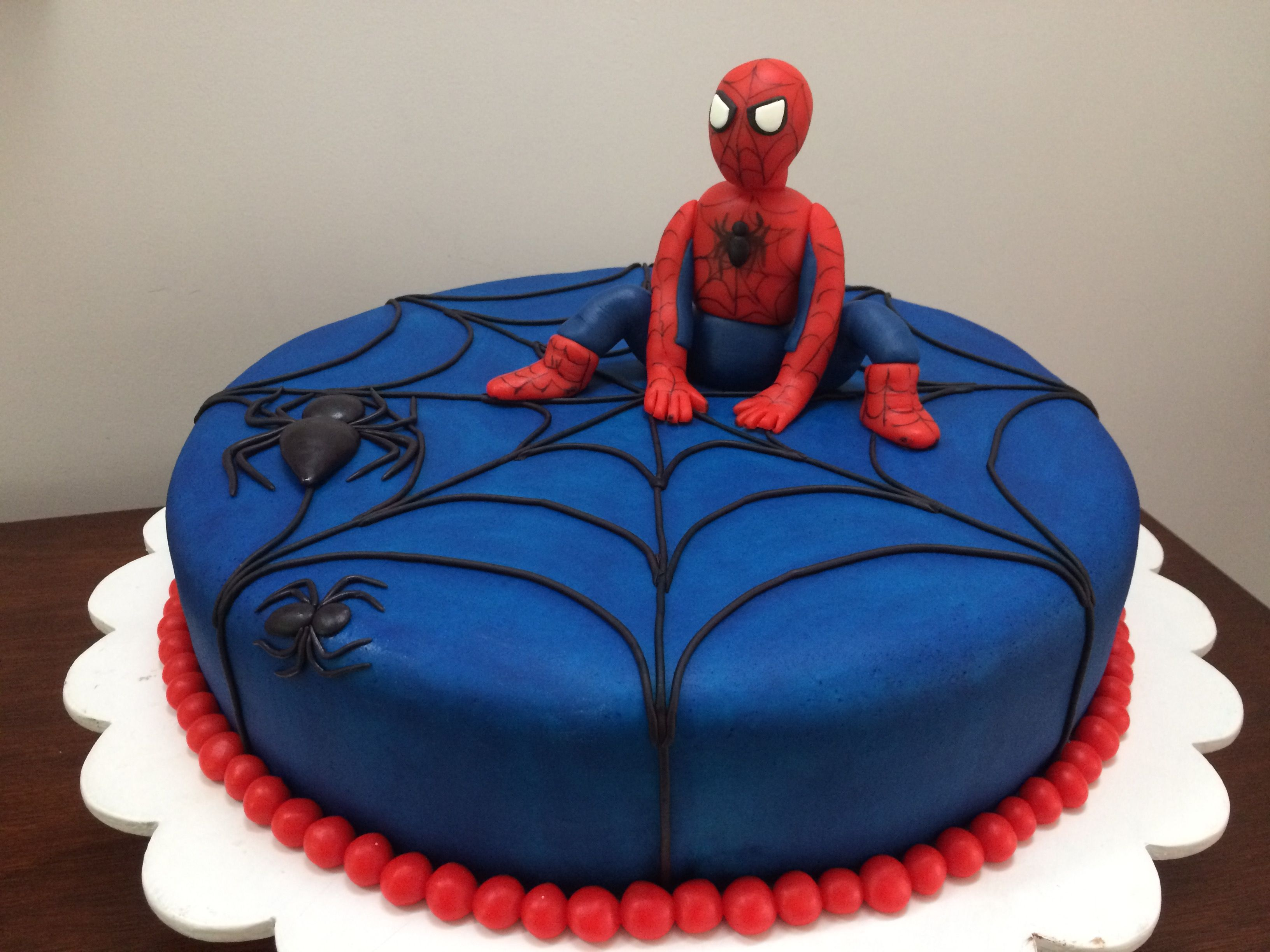 Torta hombre araña Spiderman cake Tortas decoradas con mazapán, crema de mantequilla, fondant