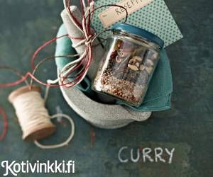 Kokoa tee se itse -currykokkaajan pakkaus. Intialaisen currymausteseoksen ohjeita on yhtä monta kuin tekijöitäkin.