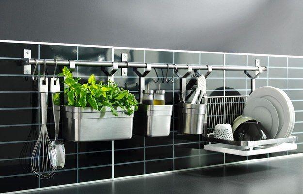 Y si quieres sacarle más provecho, instala un toallero largo y ponle distintos ganchos y contenedores. | 21 Brillantes ideas para organizar tu cocina de una vez por todas