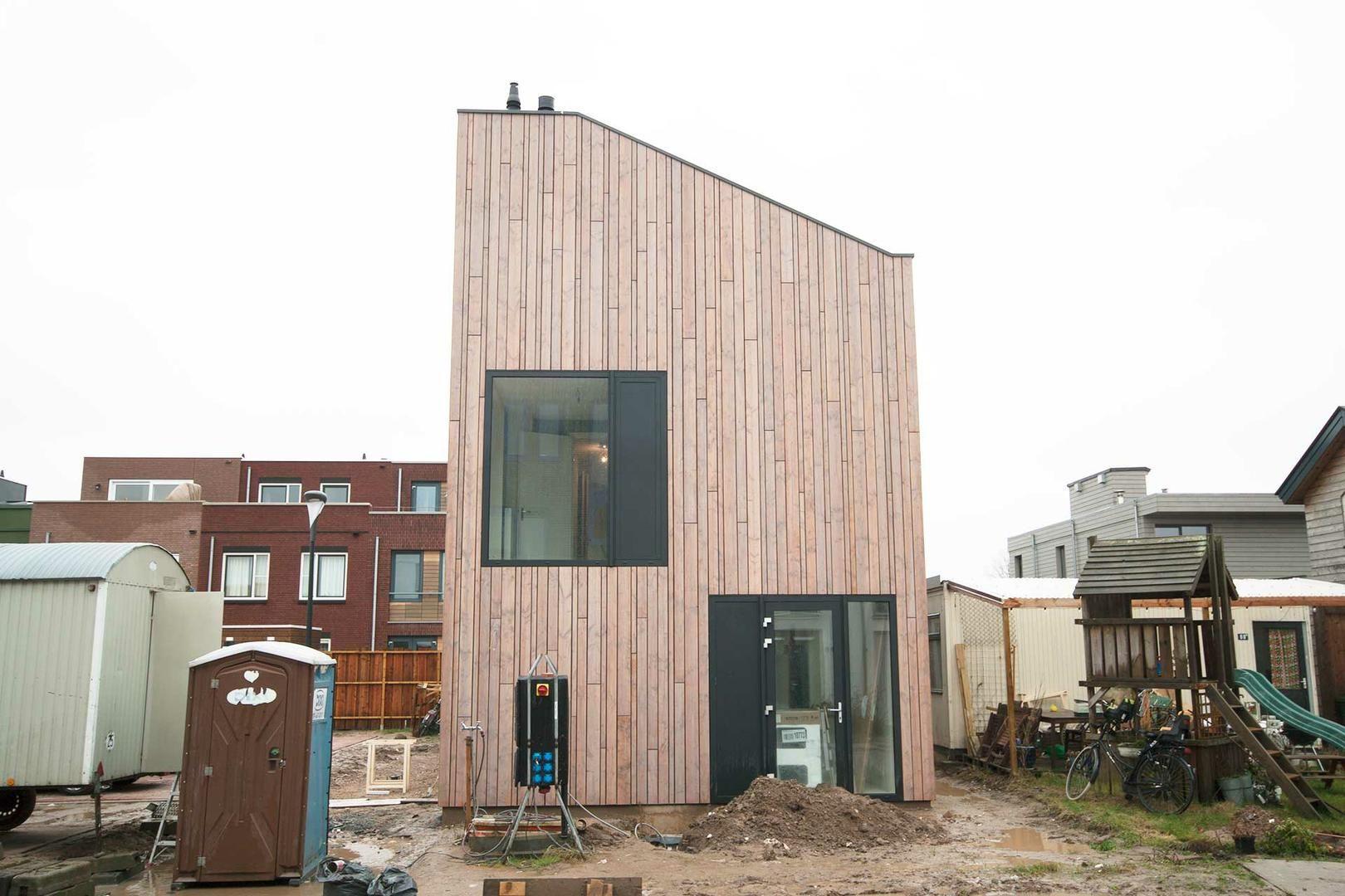 moderne vrijstaande cataloguswoning / zelfbouw woning Datcha house 3 met gevel van hout - Vossepels / Plant Je Vlag, Nijmegen (Lent)
