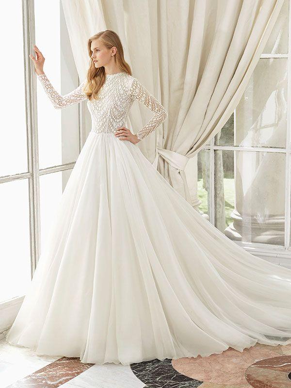 Traumhaftes Brautkleid mit Spitzenapplikationen auf dem Oberteil und langen Ärmeln.