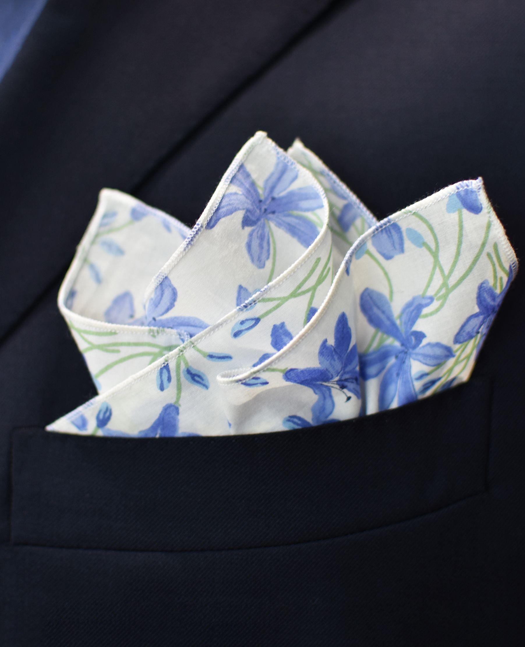 Fazzoletto da taschino con motivo a fiori color blu, su un