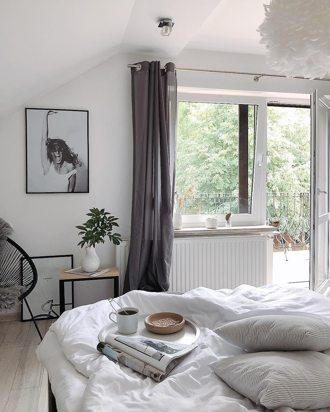 Sanfte Träume Sind In Diesem Schlafzimmer Im Monochrom Look  Vorprogrammiert. Die Pendelleuchte Eos Im Federkleid