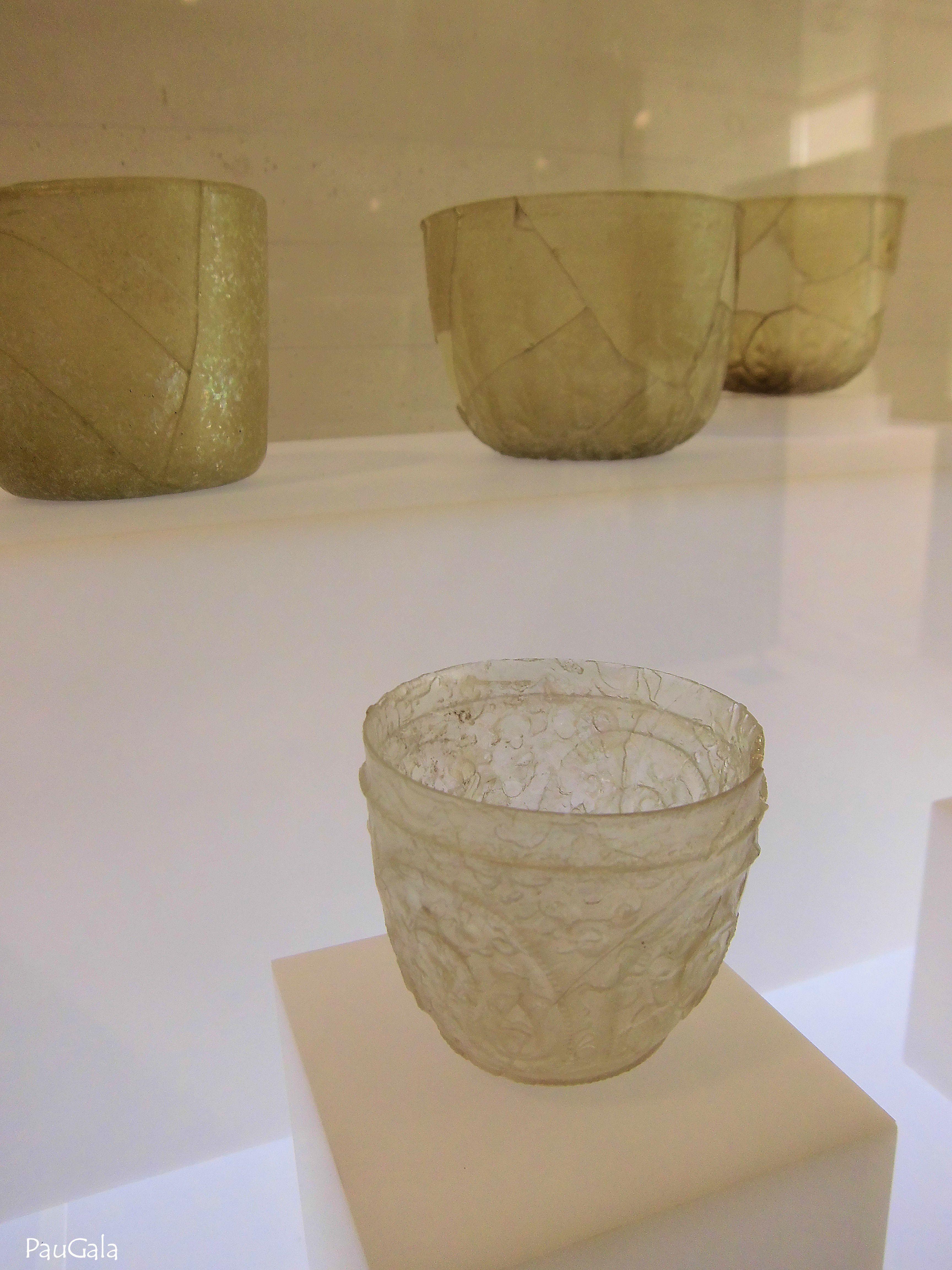 Vaso. Vidrio soplado y tallado. Siglo X. Madinat al-Zahra. Medina Azahara. Córdoba