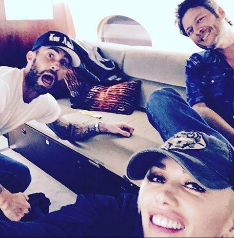 Adam Levine, Blake Shelton and Gwen Stefani taking selfies!