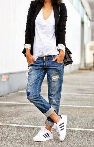 Schwarzes Sakko, Weißes T-Shirt mit V-Ausschnitt, Blaue Boyfriend Jeans mit Destroyed-Effekten, Weiße Sportschuhe für Damen