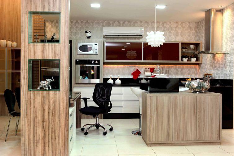 Que tal colocar o escritório na cozinha americana? Projeto de Amaury Junior.