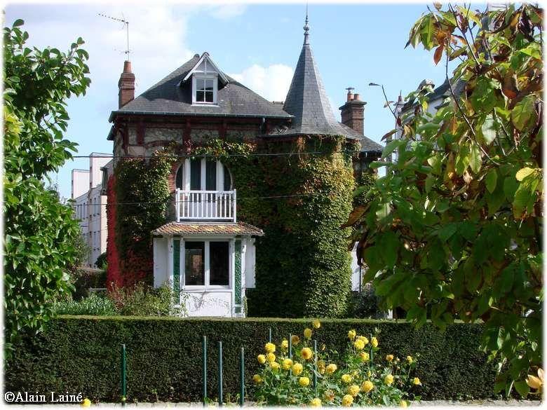 Une jolie maison que l'on aperçoit depuis le jardin du Thabor