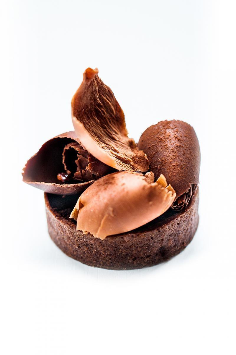 La Tartelette Chocolat* Ô chocolat… Pâte fine au cacao, ganache onctueuse au chocolat noir, copeaux de chocolat et poudre de cacao.