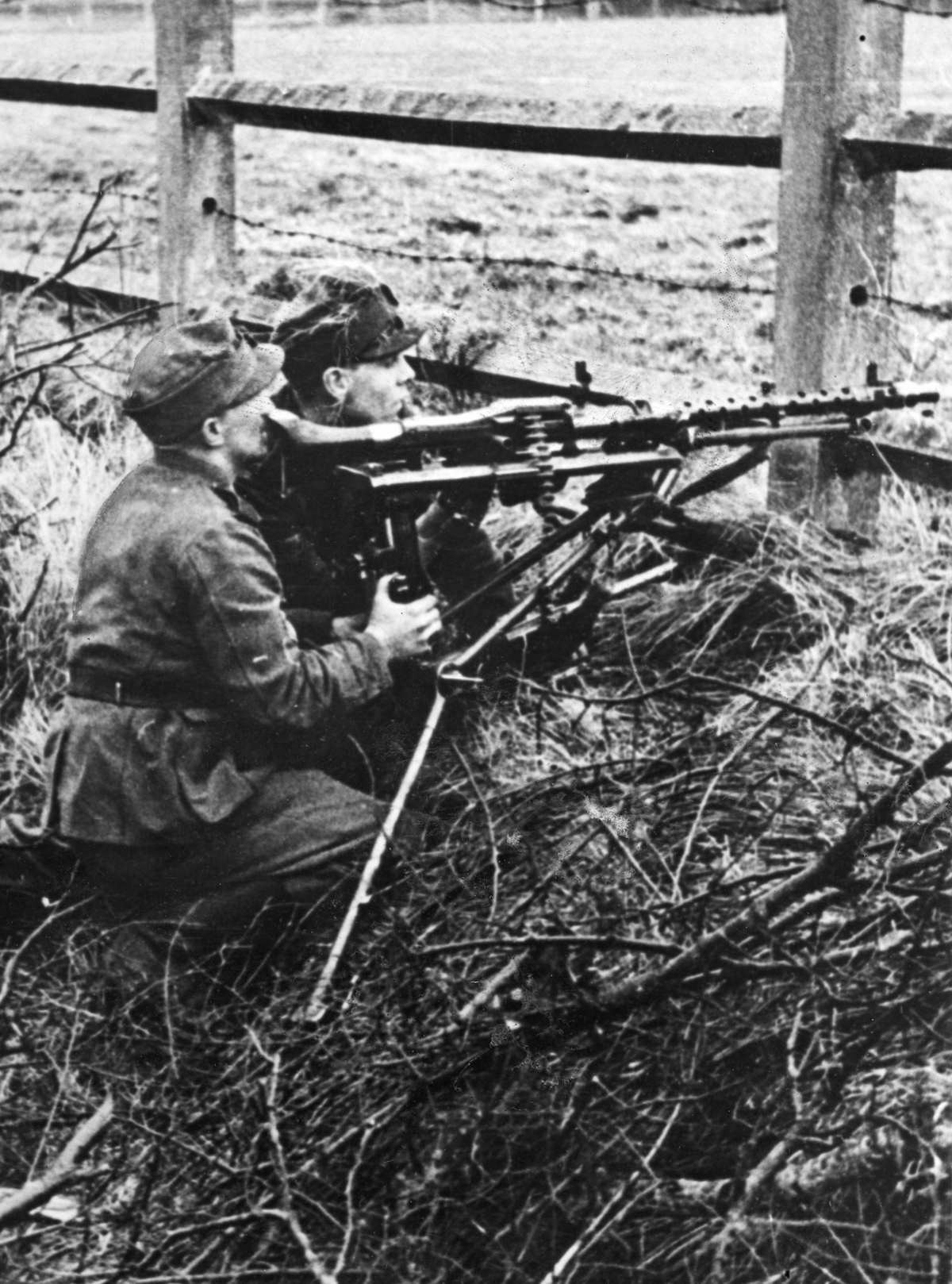 A German machine gun element deploying the MG-34 somewhere on the Eastern Front, fall 1941. By the beginning of Barbarossa, the German machine gun element had moved from 4 crew down to 2.