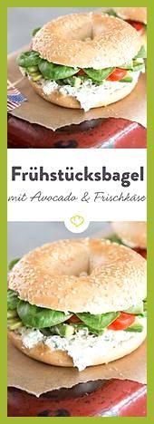 Sesambagel bestrichen mit Kräuterfrischkäse und belegt mit Tomaten, Avocado un… #Avocado #belegt #be...