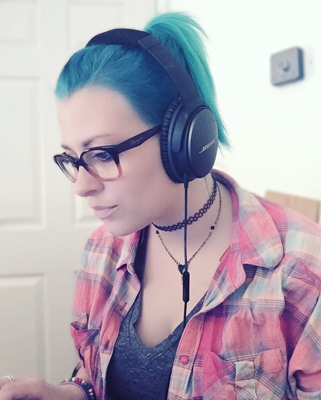 @ thailaskye  - This weekend has been pretty much just me on my MacBook (updating my blog, catching up on YouTube vlogs, that kinda thing). God damn these headphones are good.  #bose #headphones