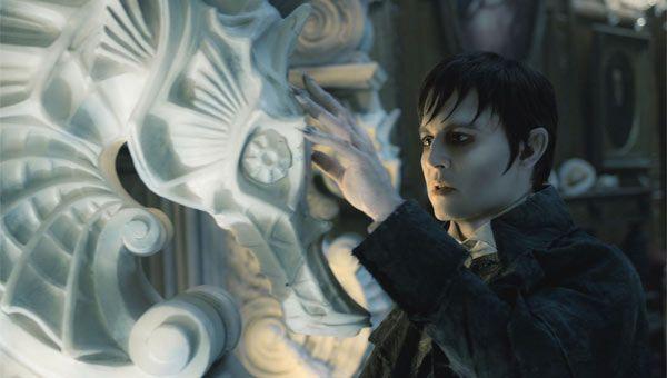 A través de la web ComingSoon.net hemos podido ver un pequeño avance, por fin en movimiento, de 'Dark Shadows', la nueva película de Tim Burton. Se trata de unos segundos en una promo del programa deEllen Degeneres.