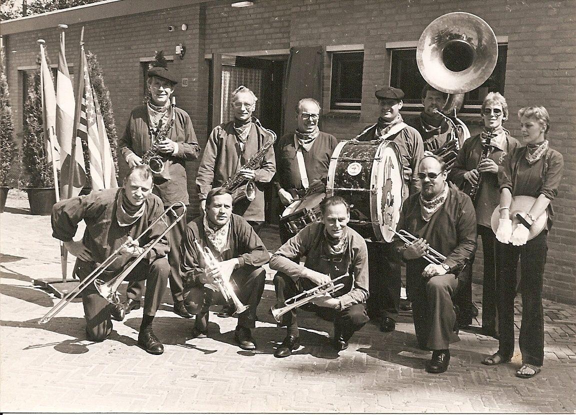 Groepsfoto van Blaaskapel de Peelknijnen gemaakt in 1982 tijdens