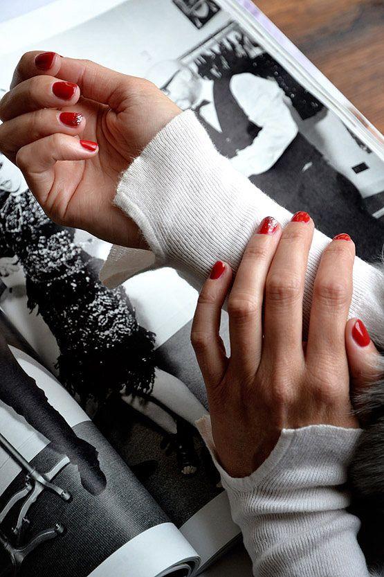 Manicura: 08 Pirate de Chanel, decoración en plata en el anular ...