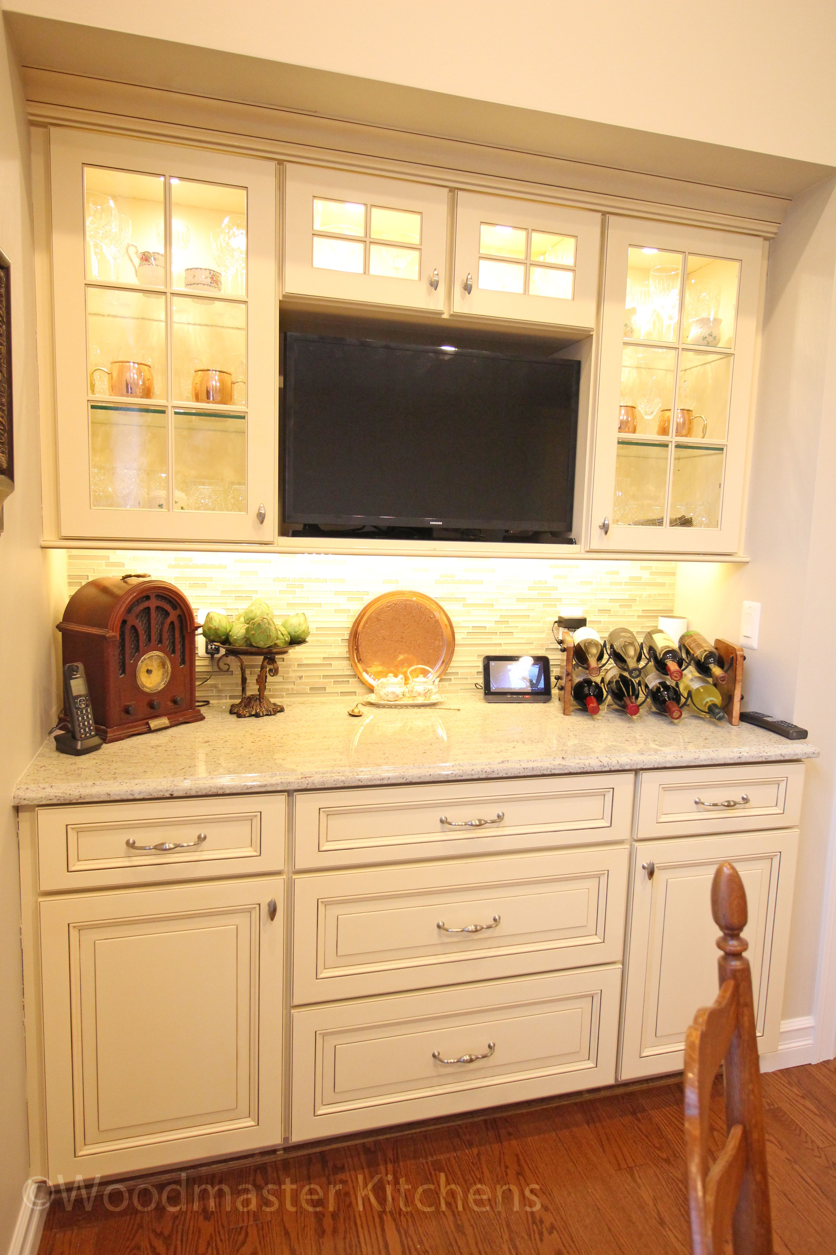 This Kitchen Design Packs Ample Work And Storage Areas Into Every Available E The White Chocolate Finish Medallion Cabinets With A Burnt Sienna