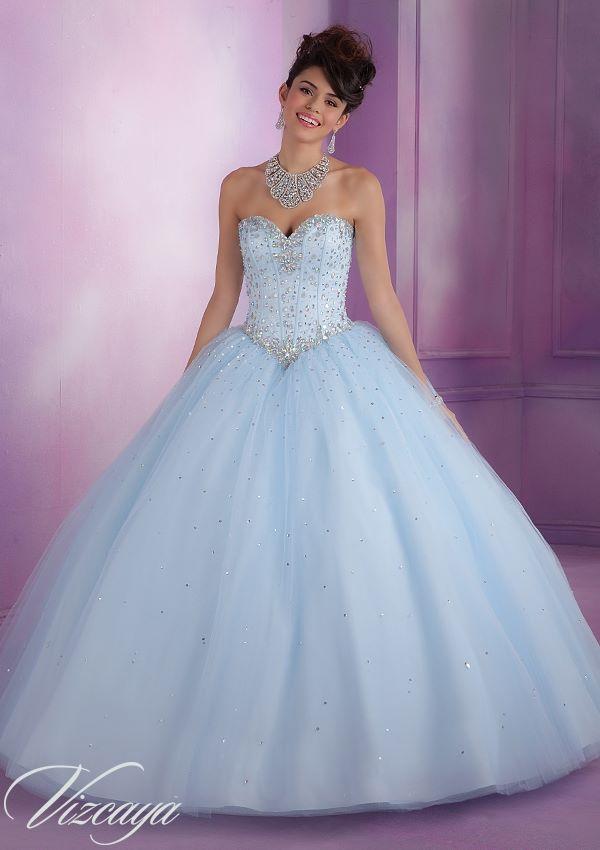 4f829bc01 Este vestido de 15 años es corte princesa. Es algo similar al de  Cenicienta. La falda posee de brillos al igual que la parte superior.  Color  celeste