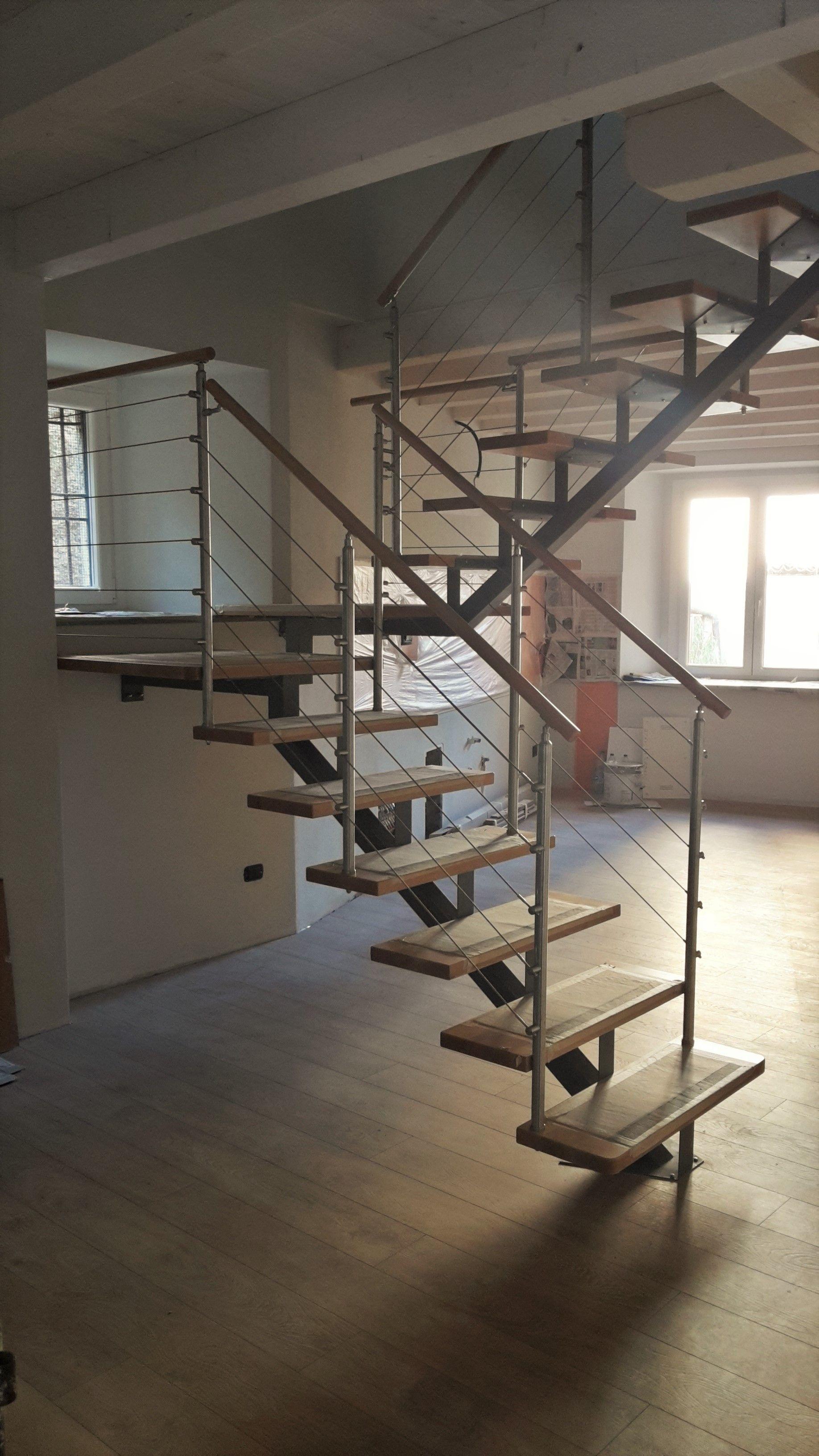 Gradini Per Scale Interne scala a giorno con struttura centrale in ferro, gradini in