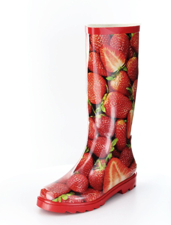 Mit diesem fröhlichen Gummistiefel mit Erdbeerendruck trotzen Sie jeder Wasserlache und können auch wieder das Kind in sich entdecken, wenn Sie direkt hineinspringen. Nass werden sie bestimmt nicht. ConWay, Damen Stiefel (Gummistiefel) – Erdbeere – red multi; Jetzt in 360° Ansicht, nur bei PLAZA51!