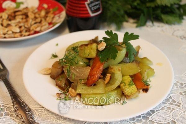 Теплый овощной салат с орешками