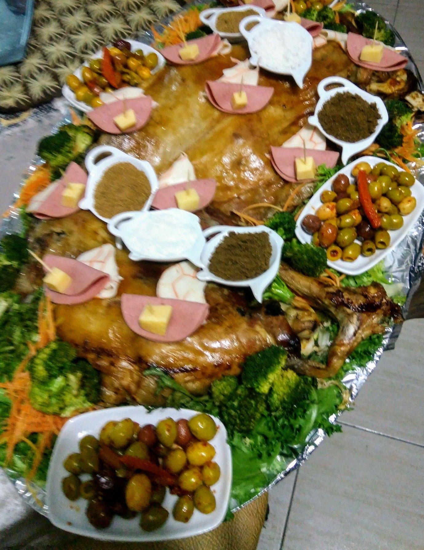Méchoui marocain accompagné de brocoli et olives marinées   Food ...