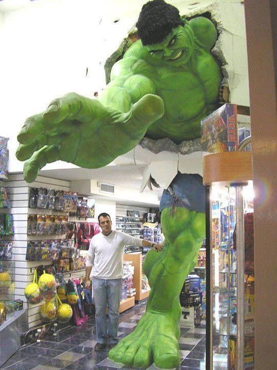 Hulk gigante em uma loja de brinquedos. O que acharam desse ponto de venda?