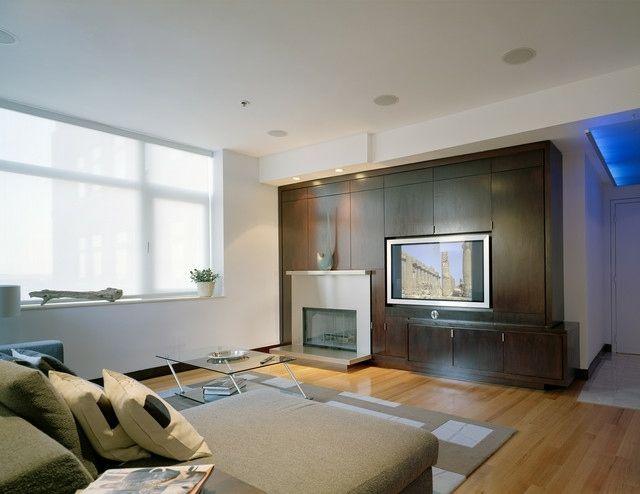 cheminée fermée et meuble en bois avec télé encastrée