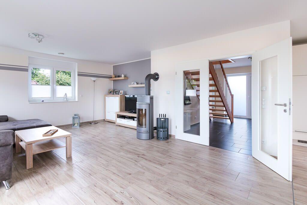 Wohnzimmer Mit Kamin U0026 Bodenbelag Fliesen In Holzoptik   Inneneinrichtung  Ideen ECO Massivhaus Stadtvilla Henstedt