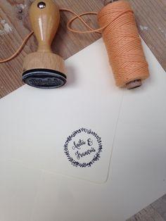 """Logo-Stempel für Hochzeitseinladung """"Kräuter & Peach"""" Hochzeit, Einladung, Hochzeitseinladung, Peach, Kraftpapier, Kräuter, Sommerhochzeit by www.zartmint.de"""