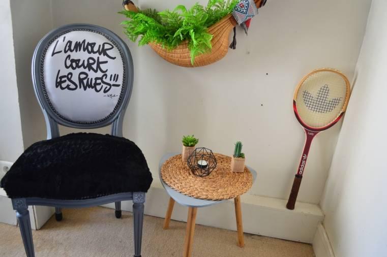 chaise noir table basse bois vide