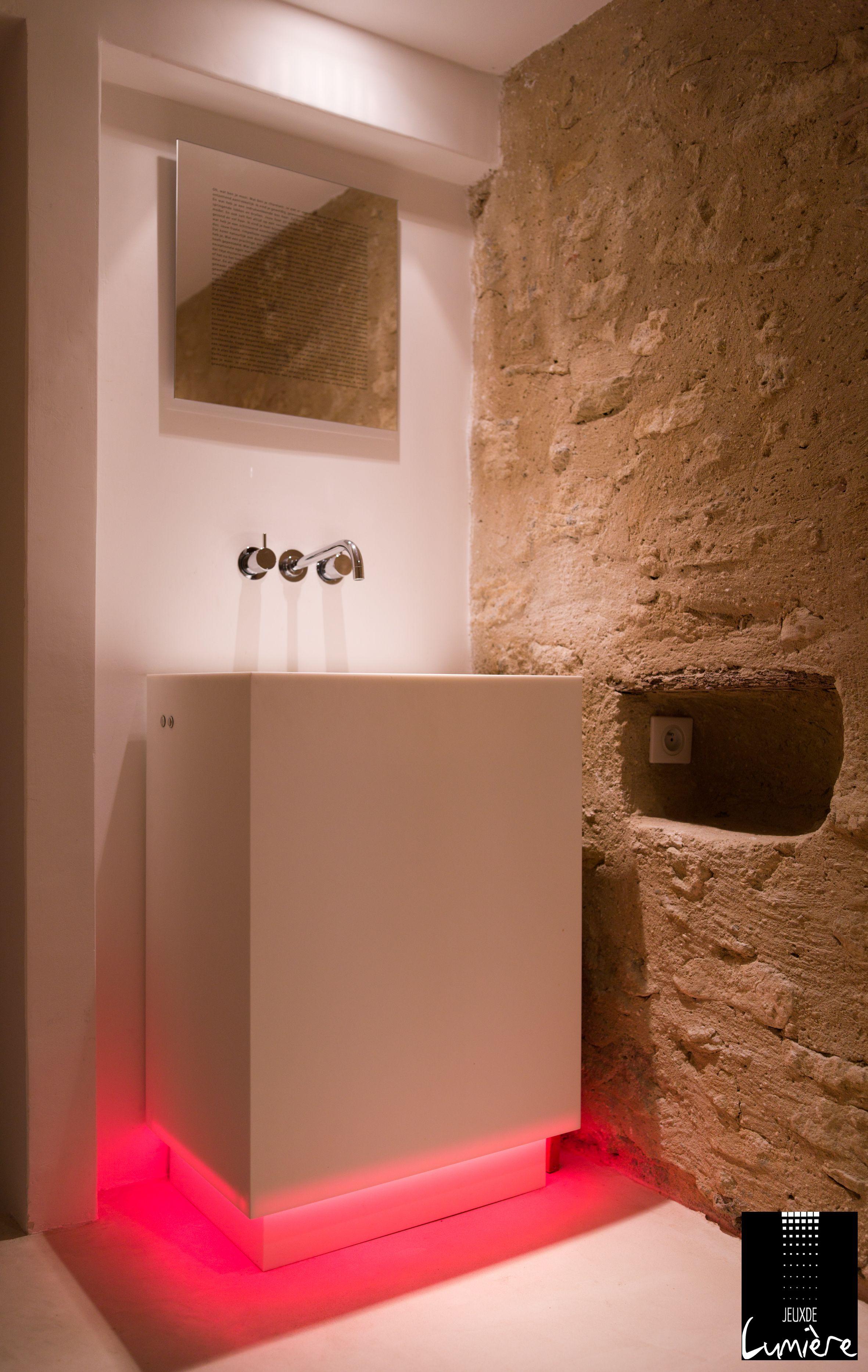 Mise en lumière d'une vasque pour donner plus de pep's à la pièce. http://www.jeuxdelumiere.fr