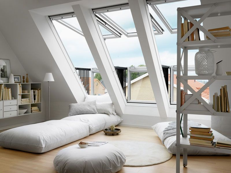herrliches Schlafzimmer auf dem Dachboden breites Dachfenster ...