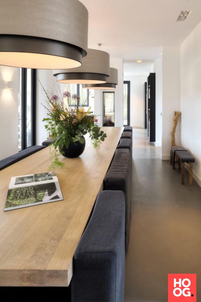 Luxe eettafel met zitstoelen en design verlichting - Huisje ...