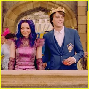Mal Gets A Glimpse of Dark Times Ahead in 'Descendants 3′ Teaser – Watch Now! #descendants3