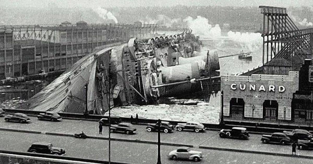 L'USS Lafayette (anciennement le Normandie) couché dans un port de New York après un incendie, en 1942. | Photos historiques, Photos insolites, Historique