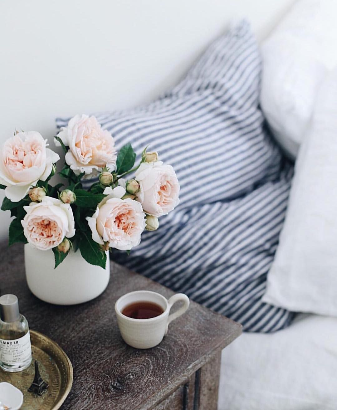 The Everygirl Theeverygirl On Instagram Waking Up Is Hard To Do But The Right Morning Routine Can Definitely M Jolie Chambre Decoration Deco